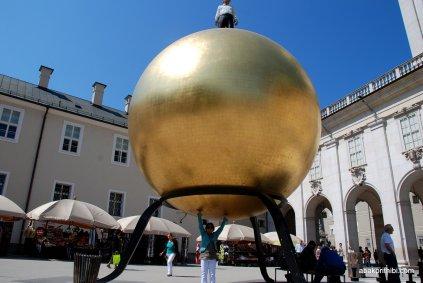 Stephan Balkenhol′s Sphaera, Kapitelplatz, Salzburg, Austria (2)