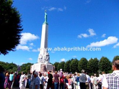 the-freedom-monument-riga-latvia-8